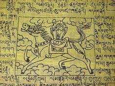 """El centro de una bandera de la oración tradicionalmente tiene un Lung ta (un caballo poderoso) con tres joyas de fuego (ratnas) en su lomo. El Ta es un símbolo de la velocidad y la transformación de la mala fortuna en la buena fortuna. Las tres joyas de fuego simbolizan el Buda, el Dharma (las enseñanzas budistas) y la Sangha (comunidad budista): los tres pilares constitutivos de la tradición filosófica tibetana...  más información en: facebook: campaña: """"banderas de oración tibetanas"""""""