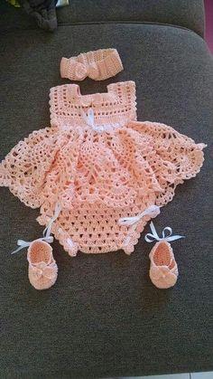 Newborn Crochet Patterns This Pin was discovered by Sha Crochet Baby Dress Pattern, Newborn Crochet Patterns, Baby Girl Crochet, Crochet Baby Clothes, Crochet For Kids, Baby Patterns, Knit Crochet, Crochet Fabric, Diy Crafts Crochet