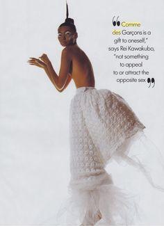 从后面背的大长方形后突出的花 Comme des Garçons, Skirt, photographed by Irving Penn for Vogue, 1995