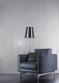 Papel Tapiz... Claro hay que cambiar el color Y solo funcionaría la textura de la pared Interior Walls, Interior Design, Wall Wallpaper, Wallpaper Ideas, Casamance, Ideas Para, Living Room Decor, House Design, Chair