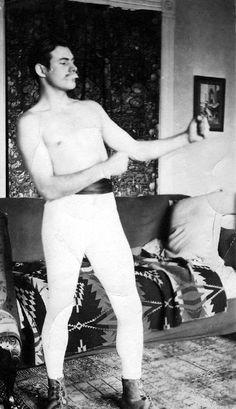 Ernest Hemingway joue au boxeur avec une fausse moustache.