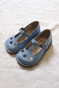 These will never go out of style. Beautiful wedgewood blue leather mary janes are a timeless addition to any little girl's shoe collection. Little Girl Fashion, My Little Girl, My Baby Girl, Fashion Kids, Little Girl Shoes, Fashion Fashion, Azul Indigo, Childrens Shoes, Kid Styles