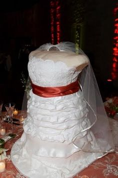 Then we have the HEADLESS and ARMLESS TORSO n HIPS wedding dress duplicate Cake....whew...what a mouthful...no pun intended...