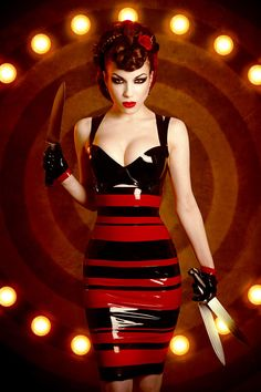 Sexy stripey latex woman with knives. Sexy Latex, Fetish Fashion, Latex Fashion, Macabre Fashion, Dark Fashion, High Fashion, Mode Latex, Estilo Glamour, Dark Circus