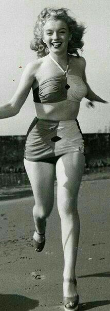 Marilyn was a curvy girl Norma Jean Marilyn Monroe, Marilyn Monroe Photos, Young Marilyn Monroe, Hollywood Icons, Old Hollywood, Beautiful Celebrities, Most Beautiful Women, Gentlemen Prefer Blondes, Actrices Hollywood