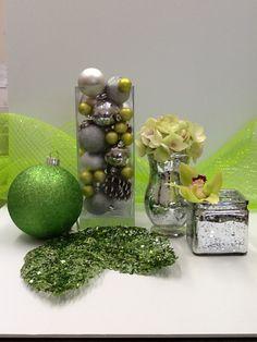 Vases, boules, fleurs et tulle de Nöel.