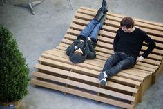 Liege(wiese) , Eine Liege aus Karton für 1 bis 3 Personen. Projektwoche Karton, Ueli & Eve