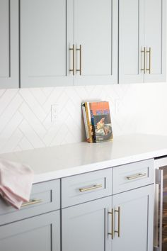 kitchen backsplash Looking for some grey and gold kitchen inspiration? Here's a sneak peek at our grey and gold kitchen renovation + the images that inspired me! Home Decor Kitchen, Diy Kitchen, Home Kitchens, Modern Kitchens, Kitchen Modern, Kitchen Subway Tiles, Kitchen Backsplash White Cabinets, Backsplashes With White Cabinets, White Tile Kitchen