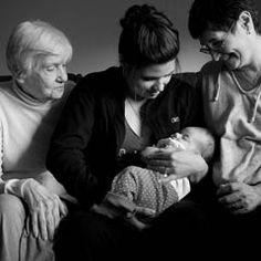 Zwei Omas mit Mutter und Kind