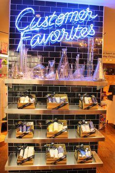 Kiehls erster Laden in Ottawa - 7 Cosmetics Display Stand, Cosmetic Display, Cosmetic Shop, Cosmetic Stores, Display Design, Store Design, Display Ideas, Pop Up, Boutique Decor