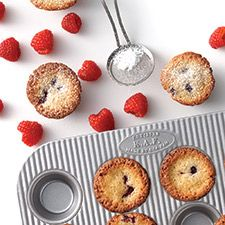 Sophisticated almond-scented mini cakes. Filled with berries or custard / Friands