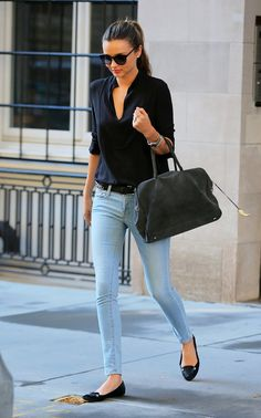 Miranda Kerr Has an Outfit For Just About Everything Styling tip! Tucking in a button down into skinny jeans can add sophisticated flare to your outfit. Pair your look with flats and bold sunnies! Fashion Mode, Look Fashion, Street Fashion, Fashion Trends, Latest Fashion, Fashion News, Womens Fashion, Fashion Black, Fashion 2018