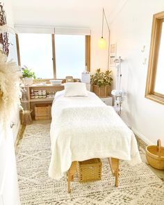 Massage Room Decor, Spa Room Decor, Beauty Room Decor, Home Spa Room, Spa Rooms, Home Beauty Salon, Esthetics Room, Spa Treatment Room, Reiki Room
