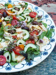 Halloumisalat med couscous, masse deilige grønnsaker, en god del friske urter og grillet halloumi er perfekt som en lettvint middag eller lunsj. Oppskriften finner du her på bloggen Mat på bordet.