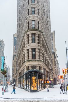 🗽 New York. Snow on Flatiron Building Nyc, Places Around The World, Around The Worlds, New York Snow, New York City, Photo New York, Ville New York, Flatiron Building, City Aesthetic