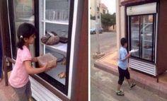 Les habitants d'un quartier ont installé un frigo de charité pour les pauvres