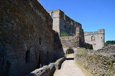 Das Mittlere Rheintal hat viel zu bieten. Zahlreiche Wander- und Radwanderwege, die Loreley, historische Altstädte und zahlreiche Schlösser und Burgen. Eine davon ist die Burg Rheinfels, der ich einen Besuch abstattete. Die Burg Rheinfels wurde 1245 erbaut. Im 15. und 16. Jahrhundert wurde sie zu einem Renaissanceschloss umgebaut. Ihre Außenanlagen wurden befestigt und so wurde sie eine der ...