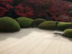 詩仙堂 - Shisen-dō is a Buddhist temple of the Sōtō Zen sect in Sakyō-ku, Kyoto, Japan. It is registered as a historic site of Japan. It stands on the grounds of its founder, the Edo period intellectual Ishikawa Jōzan, who established the temple in 1641 Landscape Architecture, Landscape Design, Japan Garden, Modern Garden Design, Parcs, Garden Spaces, Exterior, Dream Garden, Beautiful Gardens