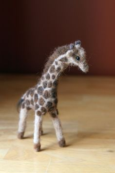 Needle Felted Animal Giraffe Requested by Katiecoy by blueberrie Oh my, the cuteness! Wool Needle Felting, Needle Felting Tutorials, Needle Felted Animals, Wet Felting, Felt Animals, Felt Giraffe, 3d Figures, Felt Hearts, Felt Toys
