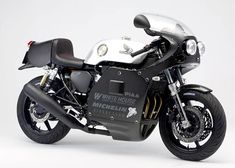 CB750をベースとしてカスタムされたコンプリートバイク「CB750cafe」。もっとも表現したかったのは、「70年代の空気感」です。眺めるだけで満足感を覚えるスタイリングや造形。ハンドメイドのアルミタンクやステンレス製のマフラ