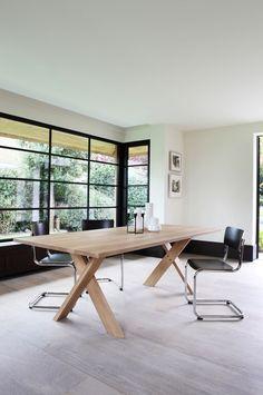 Pettersson, stabilt matbord i massiv ek med ben i kryss från Ethnicraft. Pettersson har fått sitt namn från Patrik Pettersson som också står bakom designen. Pettersson finns i fyra olika storlekar, samtliga med matt oljad ytfinish.