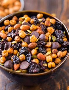 This high-protein snack is perfect for afternoon snacks or workouts! Made with roasted chickpeas, cherries, almonds, and dark chocolate, it's crunch. Roasted Chickpeas Snack, Chickpea Snacks, Healthy Protein Snacks, Healthy Recipes, Chickpea Recipes, Veggie Snacks, Vegetarian Snacks, Healthy Eating, Healthy Breakfasts