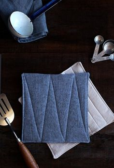 These handmade linen potholders make a perfect host gift! Informations About These handmade linen po Fabric Crafts, Sewing Crafts, Sewing Projects, Diy Crafts, Sewing Hacks, Sewing Tutorials, Sewing Patterns, Creation Couture, Diy Projects To Try
