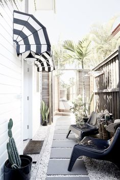 A black and white beach side getaway--idea for over the front door. Byron Beach, Palm Beach, Weatherboard Exterior, White Brick Houses, Black And White Beach, Surf Decor, Home Exterior Makeover, Timber House, Hamptons House