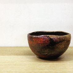 ジェイムスさん作、丸小鉢。イギリス出身の陶芸家ジェイムス・イラズムスさんと奥様で丹波布作家のイラズムス・千尋さんの二人展「Mr.&Mrs.Erasmus -二人展」は本日から!  #ジェイムス・イラズムス #イラズムス・千尋 #織部下北沢店 #備前 #陶器 #器 #ceramics #pottery #clay #craft #handmade #oribe #JamesErasums