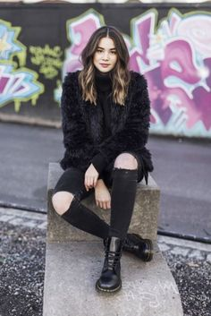 Outfits * 12 Faux Fur Coats You Can Wear Anywhere This Season - Outfit Invernali Doc Martens Outfit, Look Fashion, Fashion Models, Winter Fashion, Ladies Fashion, Fashion Edgy, Petite Fashion, Curvy Fashion, Fashion Bloggers