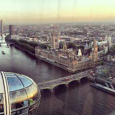 Non può mancare di certo un giro sulla ruota panoramica più famosa d'Europa! The London Eye nel London, Greater London. Questa è la vista del Themes e Westminstr Palace dall'alto.