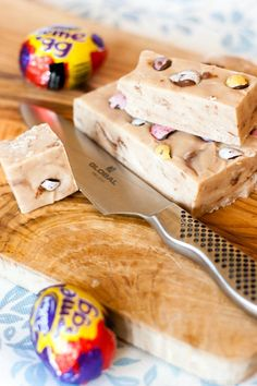 A creamy, dreamy Cadbury Creme Egg Fudge. Another great way to enjoy the Easter favourite, and so easy to make with only six ingredients! Spring Recipes, Easter Recipes, Easter Desserts, Egg Recipes, Recipies, Easter Treats, Easter Food, Easter Dishes, Easter Cake