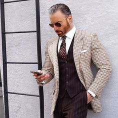 We love suits so much that we dedicate this board to incredible styles and icons www. alles für Ihren Erfolg - www. Modern Gentleman, Gentleman Style, Dapper Gentleman, Sharp Dressed Man, Well Dressed Men, Terno Casual, Suit Fashion, Mens Fashion, Style Masculin