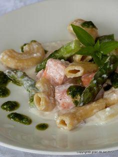 Sedani mit Ziegenkäsecrème, Lachs und grünem Spargel