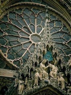 Catedral Reims, de estilo gótico, Francia. Los rosetones como simbolo de la luz de dios. Vitrales que cuentan historias.