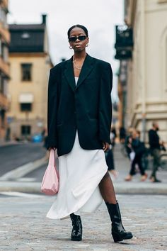 10 Pink Bags You Don't Have to Be a Millennial to Love Looks Street Style, Spring Street Style, Looks Style, Spring Style, Star Fashion, 90s Fashion, Fashion Outfits, Crazy Fashion, Fashion Weeks