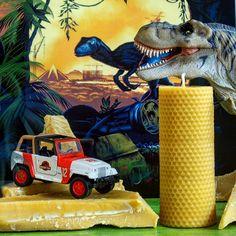 Le parc est ouvert. (oui on est fan de dinos chez Apis Cera..) the Park is open. Are you scared? (yes we are big fans of dinos at Apis Cera) #islanublar #jurassicworld #jurassic #trex#mercedes #gl #6x6 #4x4 # #amg #tyranosaurus#rex #crichton #dino #dinosaures#beeswax #candles #chunk #movie #film#ciredabeille #ambre #amber #bougies#apiscera #ilovedinos www.apiscera.com
