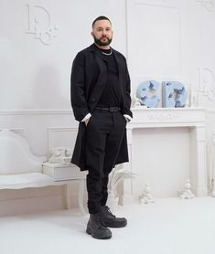 Designer Kim Jones has amassed a streetwear archive, reinvigorated the suit, and engineered more than a few legendary collaborations. Now, more than a year into his term at Dior, he's working on his grandest project yet. Elle Fashion, Mens Fashion Blog, Best Mens Fashion, Raymond Pettibon, Male Profile, Matthew Williams, Modern Man, Gq, Dior