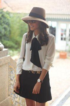 chapeau en feutre chemise blanche boucle noire