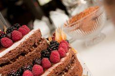 Detalhe bolo desfragmentado de frutas vermelhas.