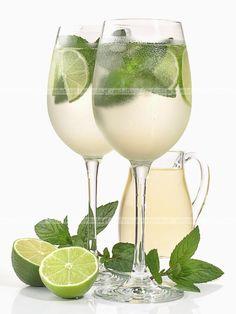 Składniki: 40 ml jasnego rumu kubańskiego 20 ml świeżego soku. Alcoholic Drinks, Beverages, White Wine, Lemonade, Rum, Wine Glass, Smoothies, Juice, Tableware