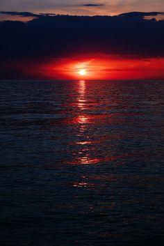 Красный закат на море
