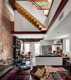 A primera vista este loft puede parecer abigarrado y decorado sin ningún criterio: Un sillón Le Corbusier, alfombras persas, un arcón a modo de banco de estilo hindú, una cocina moderna, una original escalera que parece diseñada al revés... Pero desde luego no deja de tener su encanto.