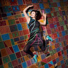 ROBE CLAYRIA :  Dynamique avec ses motifs aériens en biais, cette robe pop en coton se porte toute l'année, accompagnée d'une bonne dose de bonne humeur !! / Photo : Sophie Gisclard / Mannequin : Pascale Carol / Maquillage : Mademoiselle M / Styliste : Pascale Carol /Peinture : Luc Schnerb  /
