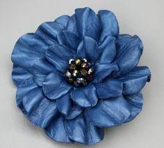Fleur cheveux clip cuir tige cuir broche fleur bleue accessoire de cheveux avec cristal noir perlé Centre bal wearable art