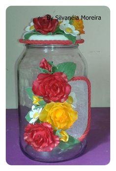 Pote em vidro, decorado com flores de biscuit, colorido. Capacidade de 3 L .
