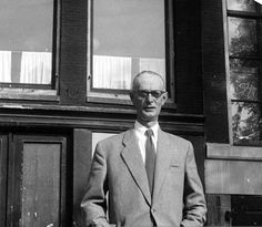 Johannes Kleiman (1896-1959) was one of the helpers who hid Anne  Frank and her family. Kleiman started working with Otto Frank in 1923. When the Frank family went into hiding, Kleiman was one of the helpers who took care of the family. After the arrestation of the Frank family, Kleiman was imprisoned in the Dutch concentration camp of Amersfoort. After the war he kept working for Otto Frank until his death in 1959. People Of Interest, Real Hero, Anne Frank, Interesting History, Wwii, Picture Video, Dutch, Photographs