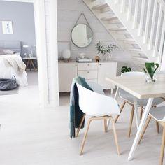 Sisustuksen kaunis ja vaalea skandinaavinen tyyli jatkaa huoneesta toiseen. Lämpimän vivahteen tunnelmaan tuo puiset yksityiskohdat.