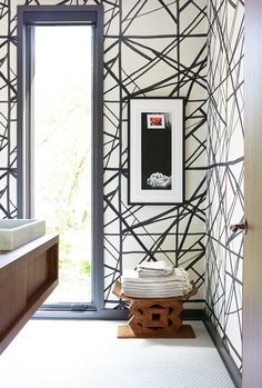 Black and white wallpaper in bathroom / pattrn / interior decor / decoration / walls design B&w Wallpaper, Graphic Wallpaper, Bathroom Wallpaper, Geometric Wallpaper, Modern Wallpaper, Wallpaper Ideas, Designer Wallpaper, Kelly Wearstler Wallpaper, Deco Cool