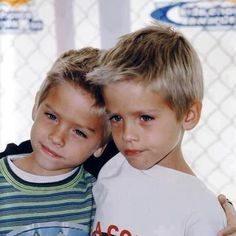 Cole Sprouse and Dylan Sprouse Dylan Sprouse, Sprouse Bros, Disney Channel, Zack Et Cody, Dylan Und Cole, Pretty People, Beautiful People, Beautiful Children, Cole Spouse